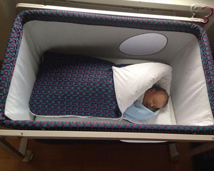 Durmiendo en mini cuna